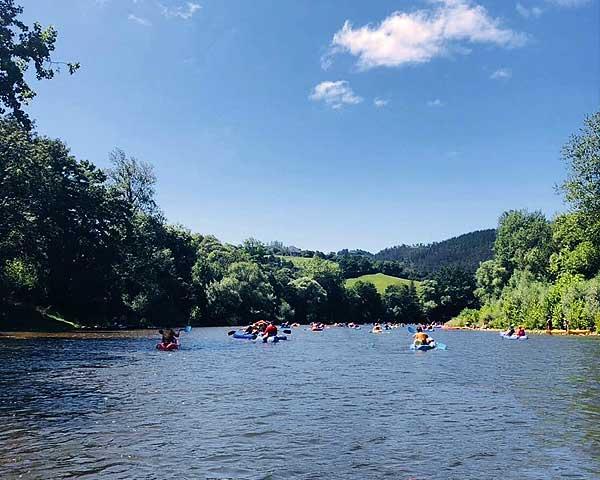 Espectacular imagen de canoas bajando el río sella con niños
